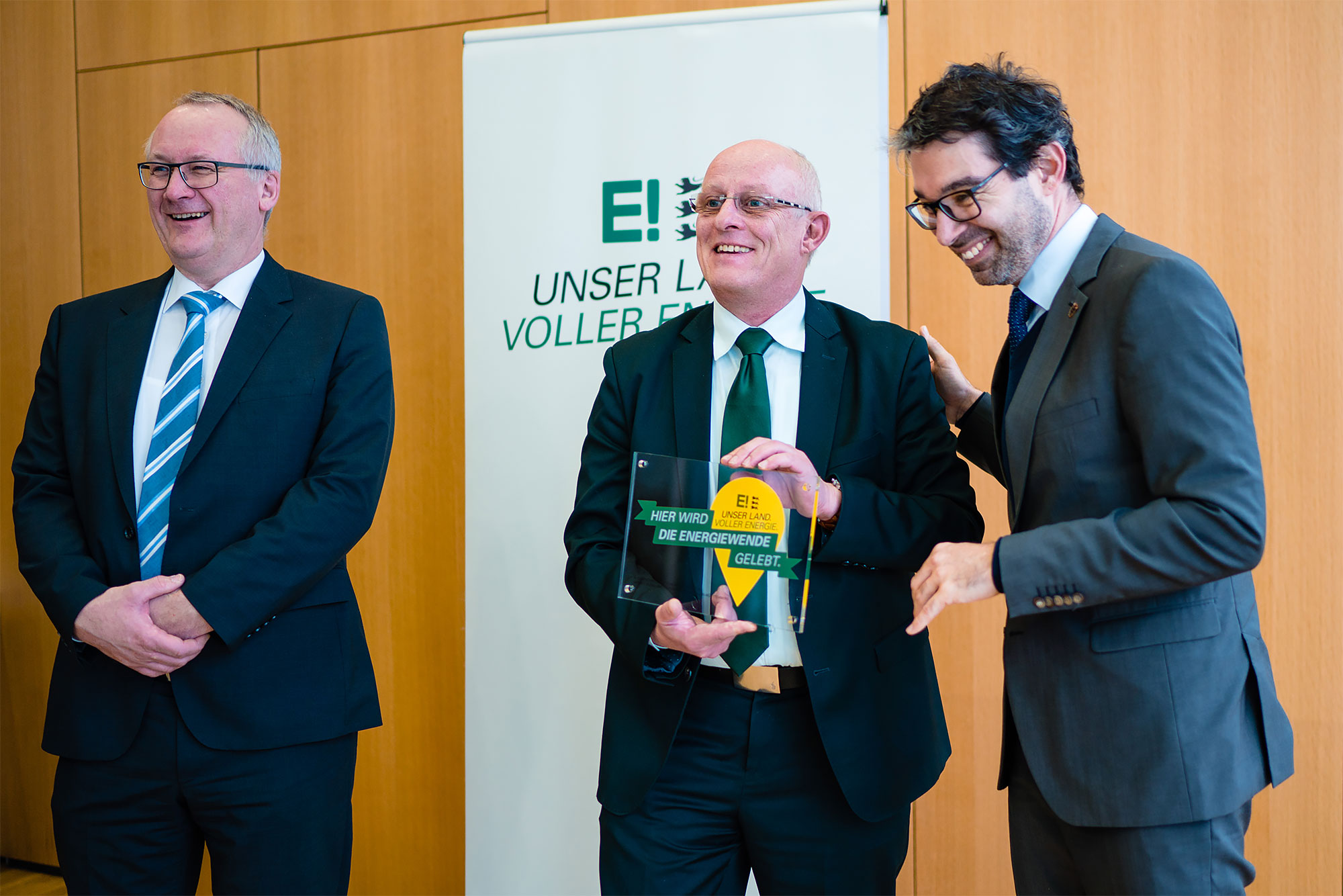 An award to be proud of. Minister of State Dr. Andre Baumann gives the plaque to Prof. Dr. Frithjof Staiß and Prof. Dr. Michael Powalla (from right to left)